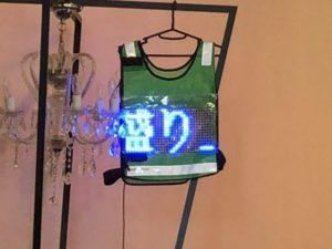 SSS2018の講演会場の前方に吊り下げられた「着る電光掲示板」