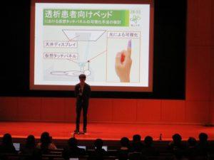 武田さん(情報工学科4年)の研究説明の様子