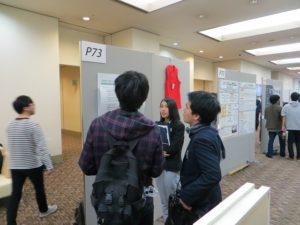 川野(情報処理工学専攻2年)のポスター発表の様子