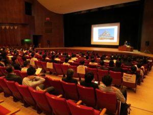 ホールでの起業プレゼンテーション