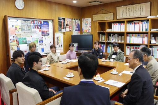 【学長室】秋の恒例行事 学生の学長室訪問が始まる!