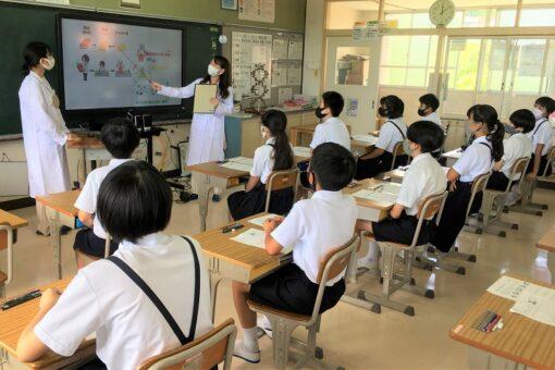 【薬学部】学生と教員が近隣小学校で遺伝子に関する講義を実施!