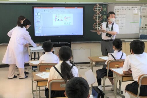 学生と教員が近隣小学校で遺伝子に関する講義を実施