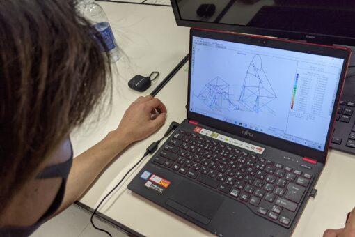 【機械システム工学科】学生手作りの電気自動車をコンピュータ解析!